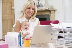 мама с ноутом и ребенком 300x199 Как эффективно работать с ребенком дома.