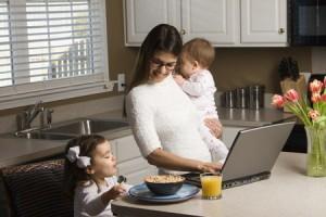"""sovmestit semyu i rabotu 300x200 3 """"фишки"""" для мам, которые помогают больше успевать и чувствовать себя счастливее"""