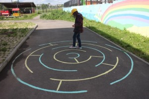 90 300x199 Креативные прогулки: поиграем с цветными мелками? )